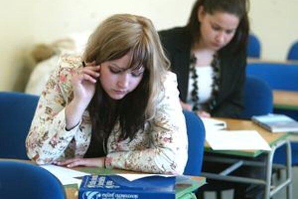 Zažalovať študentov môžu napríklad firmy, ktoré spolupracovali pri tvorbe diplomovky a neželajú si zverejniť citlivé interné informácie.