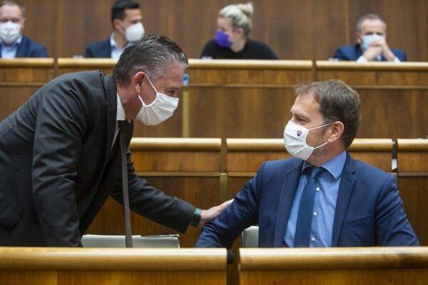 Zľava minister vnútra SR Roman Mikulec a minister financií SR Igor Matovič (obaja OĽaNO) počas hlasovania o vyslovení nedôvery šéfovi rezortu vnútra na zasadnutí 40. schôdze Národnej rady SR.