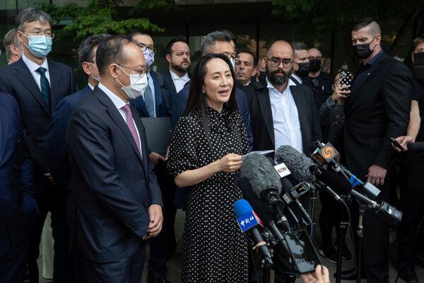 Finančná riaditeľka Huawei Meng Wan-čou číta vyhlásenie pred najvyšším súdom Britskej Kolumbie vo Vancouveri.