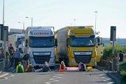 Protestujúci blokujú cestu do prístavu v Doveri.