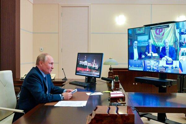 Ruský prezident Vladimir Putin pri videorozhovore s predsedami strán, ktoré sa dostali do ruského parlamentu.