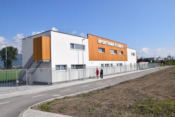 Budova so sociálnym zázemím na futbalovom ihrisku na Pltníkoch.