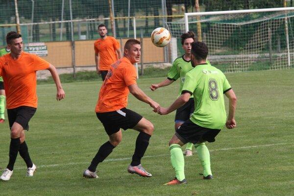 V šiestej lige nič nové, Martin Szombat (v strede) hetrikom pomohol N. Hrnčiarovciam.