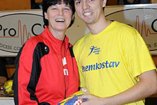 Ľubica Hlavatá so synom Tomášom ako trénerskí rivali v dorasteneckej lige.