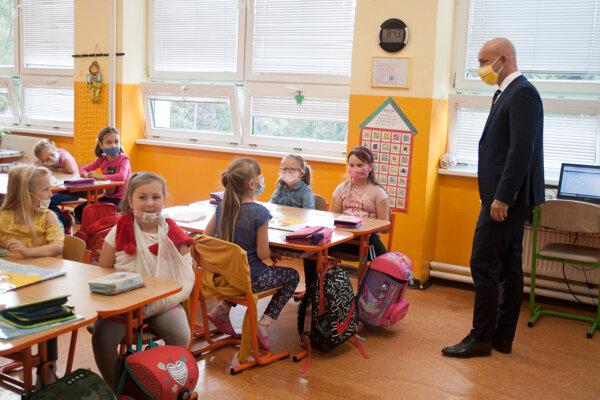 Minister počas návštevy tried.
