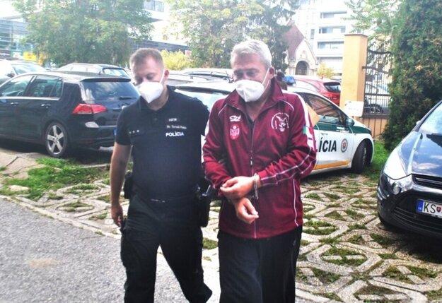 Branislava odvádzajú do väznice.