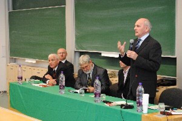 Imre Molnár (v strede číta knihu) pôsobí už sedem rokov na diplomatickej misii v Poľsku.
