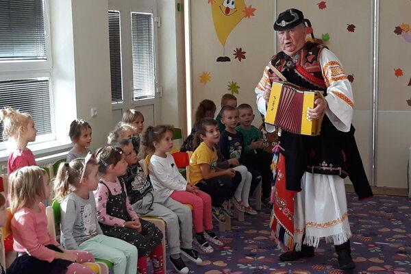 Umelec,folklorista, bývalý člen folklórneho súboru SĽUK – majster zOčkovej deti naučil mnoho o ľudových piesňach aj hudobných nástrojoch.
