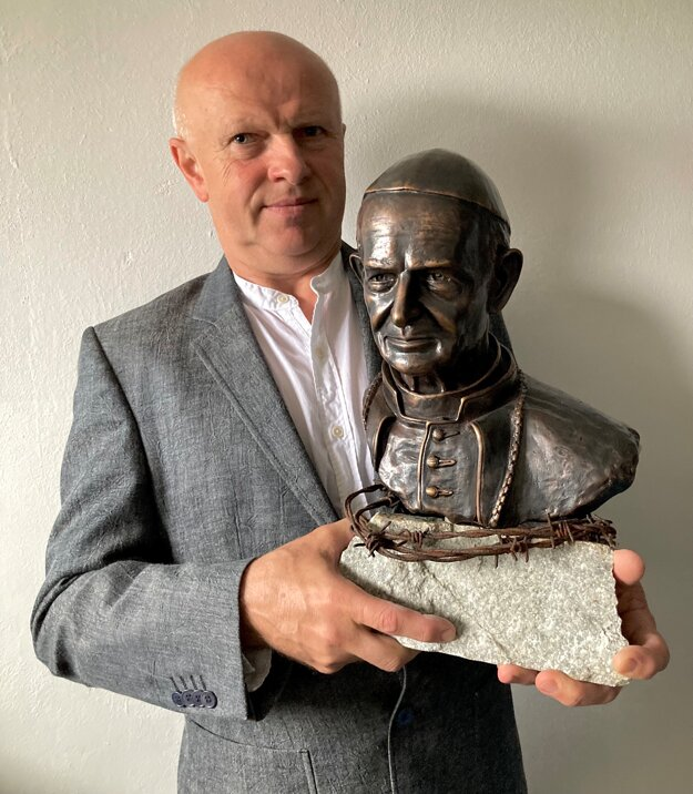 Autor busty Stanislav Kľúčik mladší.