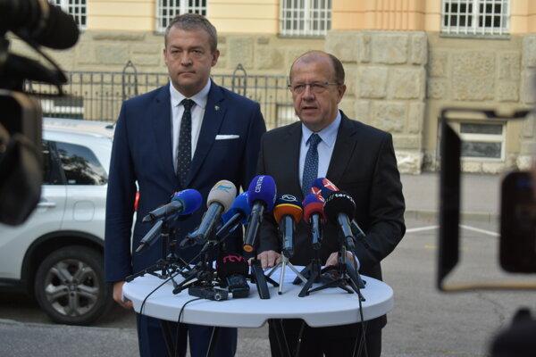 Primátor Trenčína Richard Rybníček a predseda Trenčianskeho samosprávneho kraja (TSK) Jaroslav Baška nesúhlasia s návrhom novej súdnej mapy.