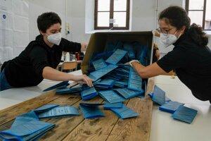 Členovia volebnej komisie vyprázdňujú volebnú schránku po zatvorení volebnej miestnosti po skončení talianskych komunálnych volieb v Ríme.