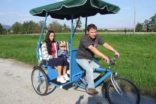 Jazdu na rikši si ako prvý vyskúšal dvojročný Markus s mamou Karin.