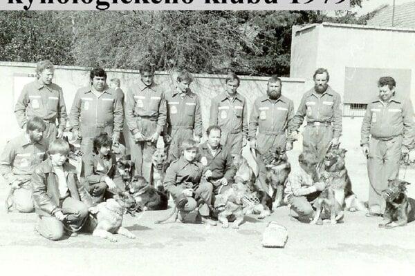 Členovia kynologického klubu v Želiezovciach v roku 1979.