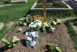 Hrob bol po pohrebe plný vencov a kvetov. Všetko zhorelo.