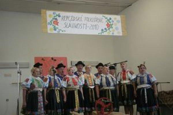 Folklórna skupina názov Kepežďanka.