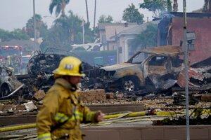 Hasiči zasahujú po havárii malého lietadla, ktoré sa zrútilo v kalifornskom meste San Diego.