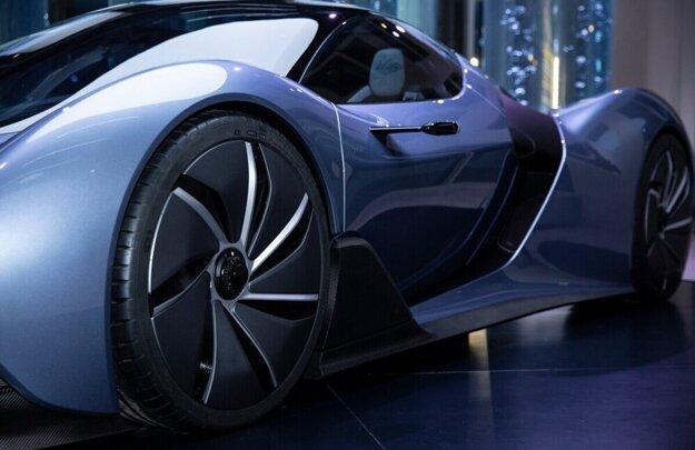 Slovenské vodíkové športové auto na výstave Expo v Dubaji.