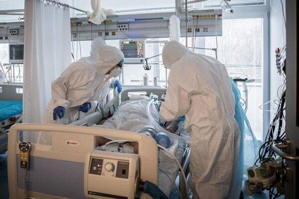 Počet pacientov v nemocniciach rastie.