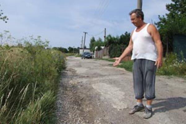 Anton Mlynek upozorňuje na ulicu, ku ktorej sa mesto správa macošsky.