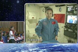 Kozmonautka už odučila hodinu mimo zeme.
