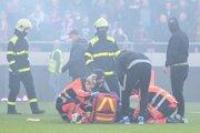 Po bitke medzi fanúšikmi museli zasahovať záchranári.