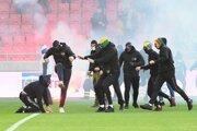 Chuligáni na ihrisku počas zápasu Trnava - Slovan.
