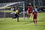Takto padolprvý gól Považskej Bystrice v zápase proti Novým Zámkom. Kucharčík (č. 3) hlavičkoval, k lopte mal blízko aj kapitán Demjan.