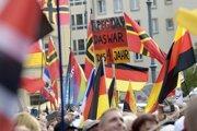 Ľudia sú na pochode protiislamského hnutia Pegida v Drážďanoch v nedeľu 21. októbra 2018.
