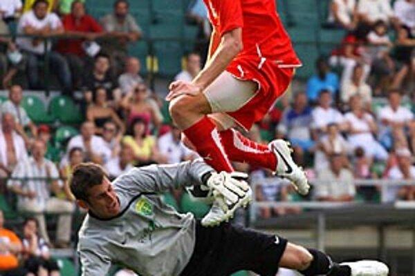 Srb Stojanovič v službách FC ViOn pred brankárom Žiliny Dúbravkom.
