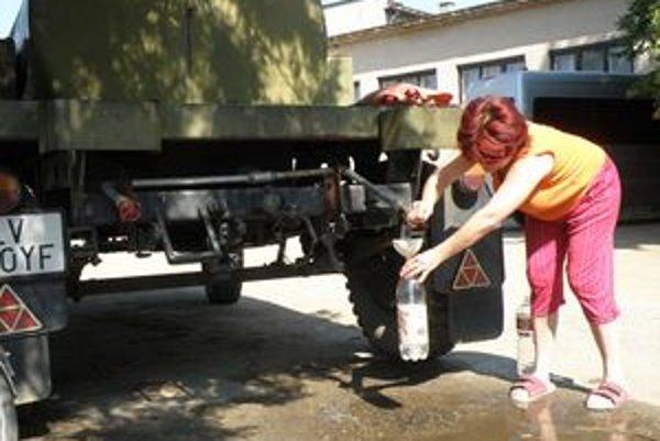 Dedinčania sa pitnou vodou zásobujú z obchodu alebo z cisterny pred obecným úradom.