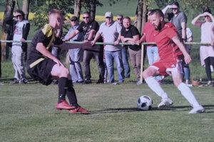 Attila Kačmárik v červenom.