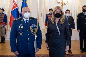 Na snímke vpravo prezidentka SR Zuzana Čaputová a vľavo brigádny generál Ivan Bella počas jeho povýšenia do generálskej hodnosti.