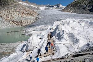 Ľudia počas návštevy ľadovca Rhone, ktorý je zakrytý fóliami neďaleko Furkpassu vo švajčiarskych Alpách.
