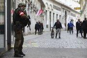 Ozbrojený vojenský policajt stráži ulicu na mieste pondelkovej streľby v centre Viedne v stredu 4. novembra 2020.