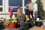Práce v komunitnej záhrade v Priekope finišujú, vítané sú v nej všetky generácie ľudí.
