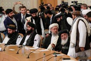 Členovia delegácie Talibanu na stretnutí v Moskve.