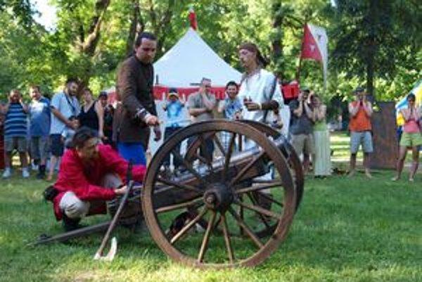 Výstrelom z komorového dela otvorili šermiarsky turnaj na podujatí Nitra, milá Nitra.