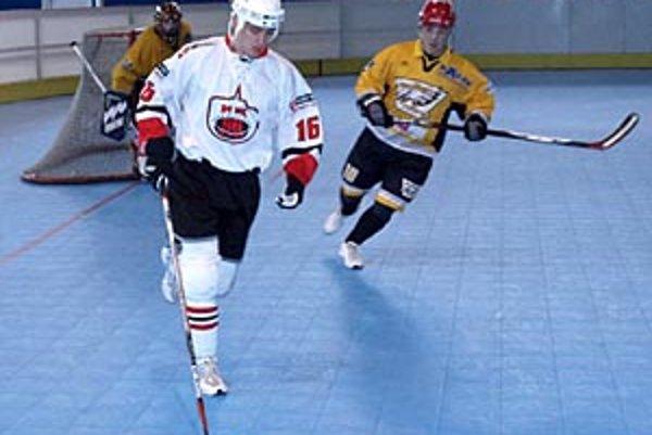 Hokejbal v Nitre sa rozmáha, len tento rok sa oživila NHbL. Hráva sa na vedľajšej ploche zimného štadióna.