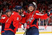 Martin Fehérváry sa teší zo svojho prvého gólu v NHL.