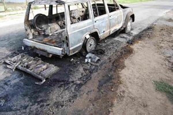 Auto sa už počas prenasledovania vznietilo. Oheň sa zrejme rozšíril z prestrelenej pneumatiky.