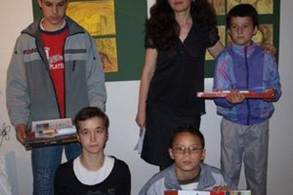 Pedagogička galérie a autorka projektu Elena Tarábková s ocenenými žiakmi so Špeciálnej ZŠ z Poľného Kesova - zhora Ivan Krivosudký, Danko Török, Lacko Ikri a Nikola Hubináková.