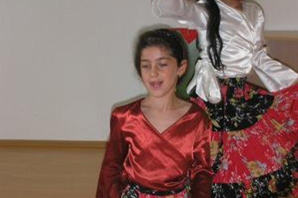Patrícia a Lucia Billové tancujú rómsky tanec.