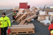 Náklad z kamióna zablokoval diaľnicu.