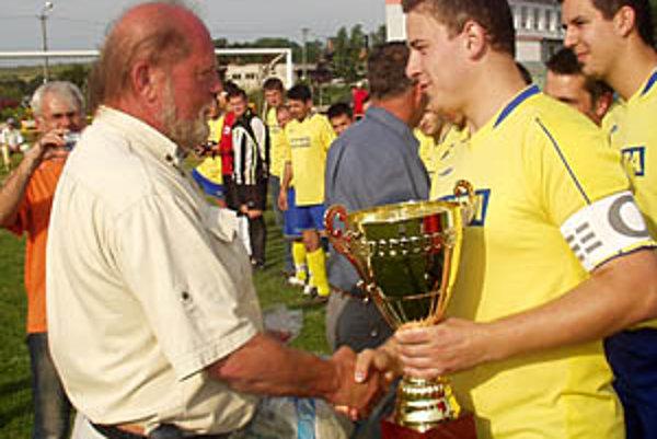 Predseda ObFZ v Nitre Peter Martinec odovzdal kapitánovi Nevidzian pohár za víťazstvo v II. C triede.