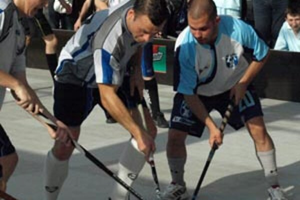 Niektorí nitrianski hokejisti si v sobotu zahrali florbal. V akcii Marek Slovák.