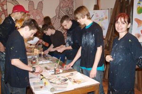 Soňa Mrázová s deviatakmi zo ZŠ Nábrežie mládeže počas výtvarnej dielne.