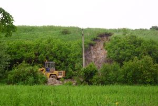 Obyvatelia obce sa obávali, že sa im bahenná  lavína vyleje do domov.