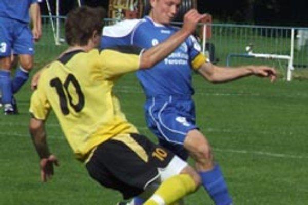 Šamorín - Neded 1:0. Domáci čarostrelec Buchel pri lopte v súboji s hosťujúcim Vargom.