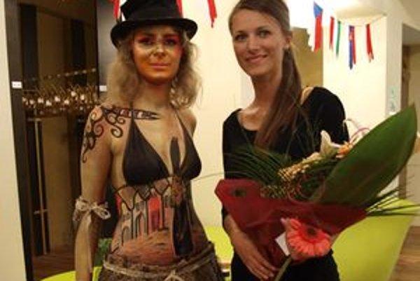 Lívia Boliešiková (vpravo) so svojou modelkou, študentkou UKF v Nitre Zuzanou Grochalovou.