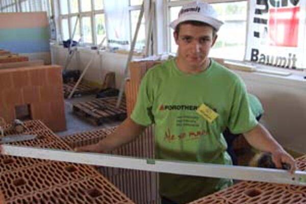 Ľuboš Varga - jeden z najšikovnejších murárov v Nitre uvažuje o práci v zahraničí.